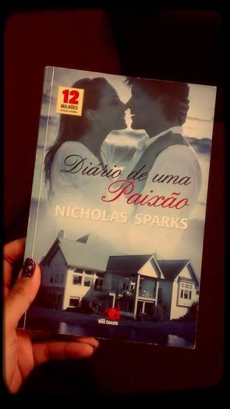 Esse  é o meu livro favorito do meu autor favorito haha Dá até pra ver que tá meio gasto o papel da capa, de tanto que já li. Tenho quase todos os livros do Nicholas lançados aqui no Brasil e logo irei completar a coleção. <3