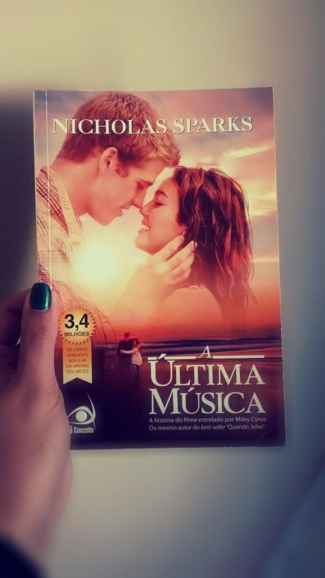 Esse livro é muito amor! Não curti muito o filme (como sempre) mas a trilha sonora é super fofa.