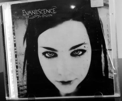 Evanescence - Esse cd é muito especial pra mim, foi presente do meu pai e acreditem...foi mega esquisito ele me dar um cd de rock hahaha Na época eu fiquei bastante surpresa, tinha uns 13 anos.
